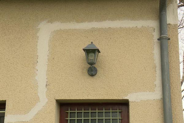 La façade d'une maison à Pont-Péan fissurée car l'argile s'est rétractée à cause de la sécheresse