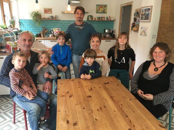 Deux familles qui pratiquent l'instruction en famille (IEF).