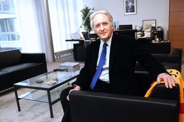 Daniel Percheron avec un maillot lensois dans son bureau du conseil régional en 2014.