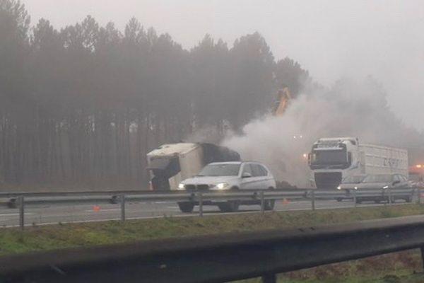 Le feu a entièrement détruit la remorque du camion stationné sur la bande d'arrêt d'urgence de l'A 63 à Mios