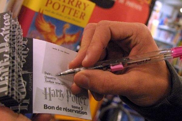 Des lecteurs remplissent un bon de réservation à la Maison du Livre de Rodez