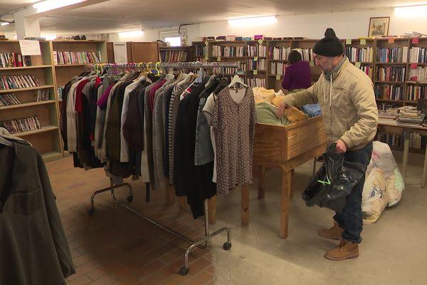 Un compagnon prépare les articles mis en vente dans la boutique Emmaüs d'Evreux