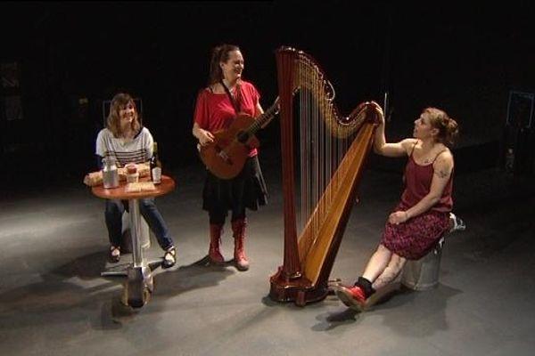 De gauche à droite : La Lue, Maggy Bolle et Clotilde Moulin sur la scène de la Rodia