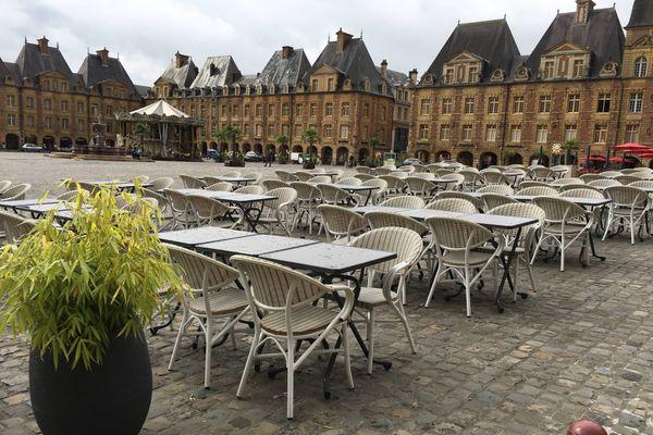 La place Ducale à Charleville-Mézières retrouve une certaine quiétude sans le passage des voitures, les restaurateurs investissent les lieux et s'y s'installent pour deux mois