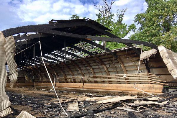 L'incendie a ravagé le manège du centre équestre d'Eckwersheim, 2000 mètres carrés sont partis en fumée.