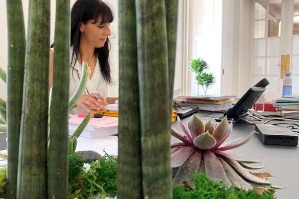 Florence Jardin, présidente de Grand Poitiers, pose dans son bureau à l'hôtel de la communauté urbaine.
