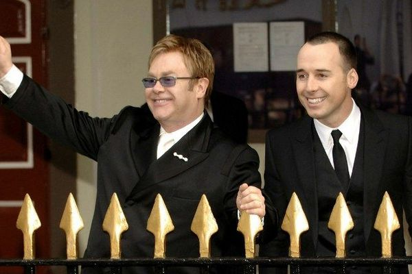 Le chanteur Elton John avait célébré son union civile avec David Furnish en décembre 2005. Mais il ne s'agissait pas juridiquement d'un mariage.