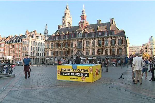 Les militants de Greenpeace se sont réunis sur la Grand'Place de Lille pour interpeller les passants.
