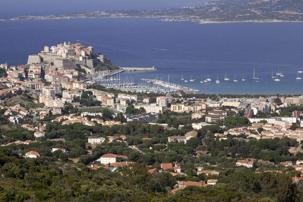 La ville de Calvi et sa citadelle.