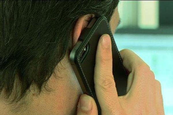Un réseau spécialisé dans l'arnaque aux numéros surtaxés a été démantelé à Nice et Paris. Le préjudice est estimé à 600.000 euros.