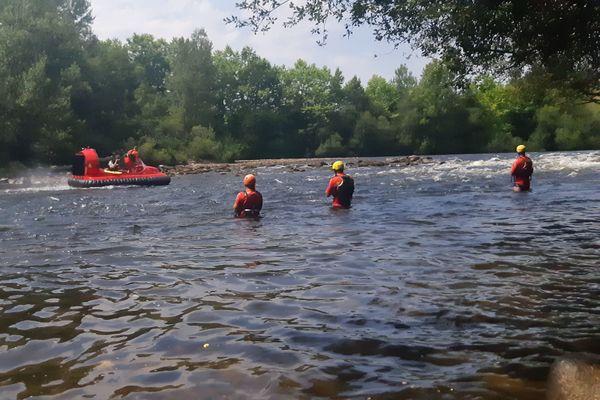 Cet aéroglisseur des pompiers de la Corrèze permet de naviguer même sur une eau très peu profonde.