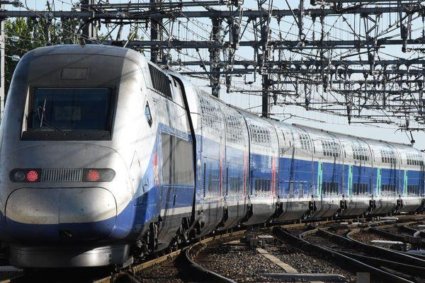 Le premier train quittant Bordeaux sur la LGV le 2 juillet 2017.