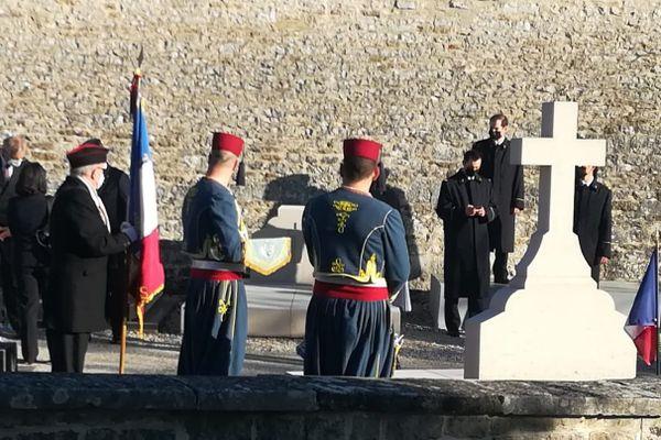 Devant la tombe du Général sont notamment présents deux tirailleurs du régiment d'Épinal (présents tous les ans) ainsi que quatre chanteurs de la Garde Républicaine qui interpréteront la Marseillaise