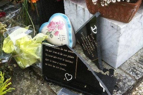 Les plaques commémoratives de la tombe de Claude François brisées