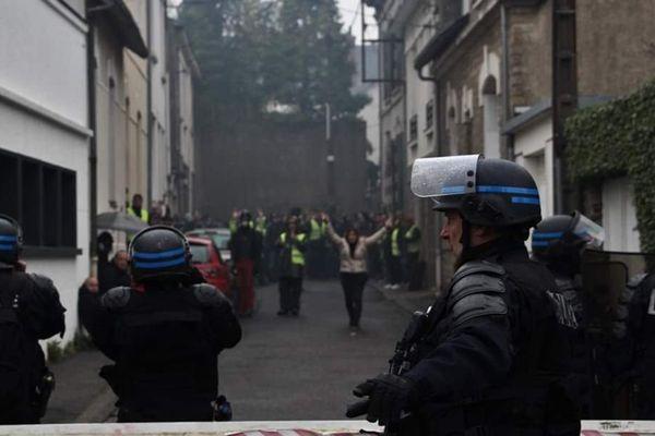 Les manifestants bloqués impasse Saint Charles.