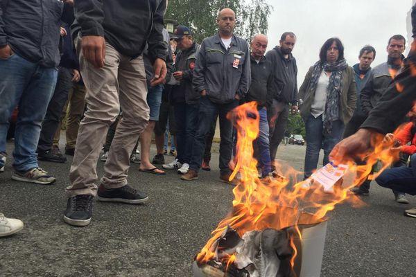 Des salariés grévistes de la Fonderie de Caudan brûlent leur carte d'électeur