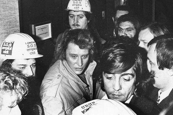 Il est 0h30, ce 7 mars 1979. Johnny parlemente avec des syndicalistes devant l'entrée de sa suite au Sofitel de Metz. Il va les suivre jusqu'à Longwy et découvrir leur quotidien.