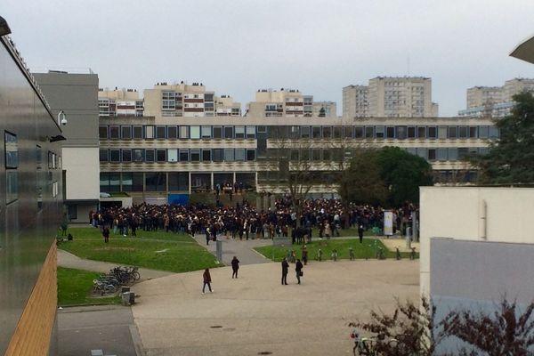 L'assemblée générale s'est déroulée à l'extérieur, malgré le froid mordant.
