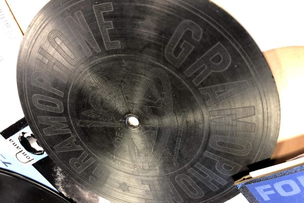 """Les premiers Gramophones - Logo """"La voix des anges""""."""