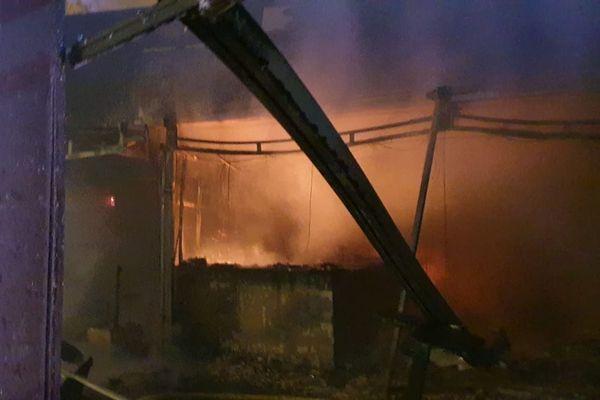 Les sapeurs-pompiers sont maintenant maîtres du feu et poursuivent les opérations de refroidissement et d'extinction des foyers.