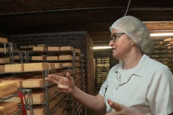 Véronique Juste devant son stock de maroilles invendus