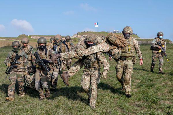 Sur le terrain, la bonne entente entre soldats est primordiale.