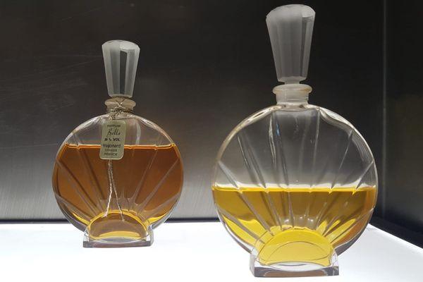 Flacons anciens de parfum de la maison Fragonard à Grasse.