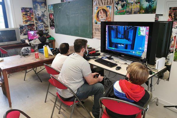 Séance de jeux vidéo en attendant la création de la première équipe d'e-sports à Yffiniac.
