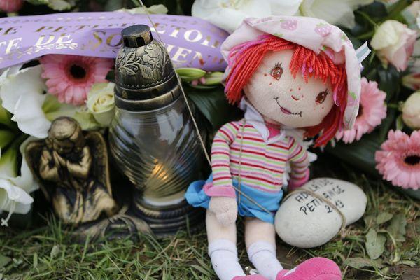 Une poupée déposée sur la tombe d'Adélaïde à Boulogne-sur-mer.