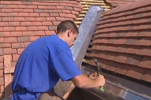 Un couvreur zingeur sur un toit à Besançon