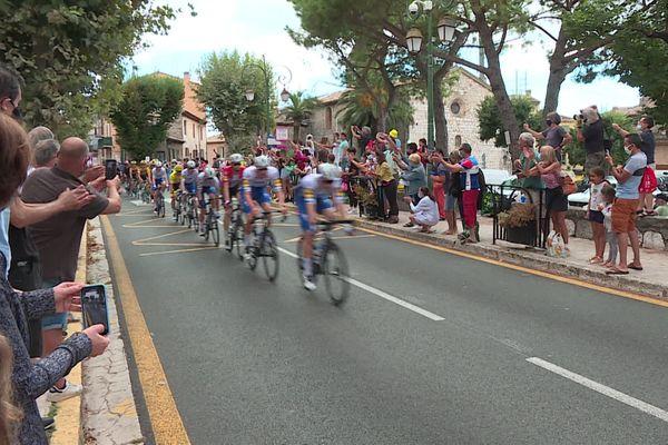 Un temps maussade pour le passage de la 3e étape des coureurs fdu tour de France, mais beaucoup d'enthousiasme des villageois sur le bord de la route.