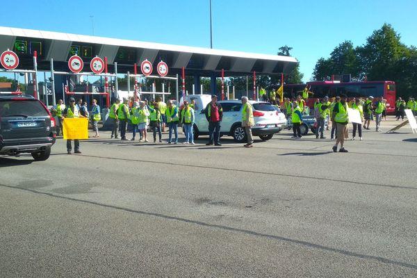 """Des """"gilets jaunes"""" ont laissé passer gratuitement les voitures sur l'A13 au péage d'Heudebouville, samedi 22 juin 2019"""