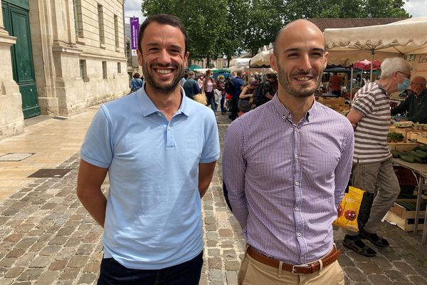 Pierre-Etienne Rouet et Anthony Brottier, conseillers municipaux d'opposition (LREM) à Poitiers, posent devant le marché Notre-Dame, samedi 26 juin 2021.