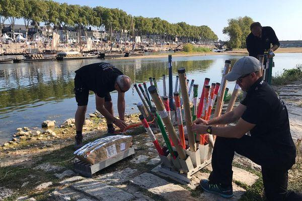 Les artificiers préparent le spectacle pyro-musical du Festival de Loire, samedi 21 septembre.