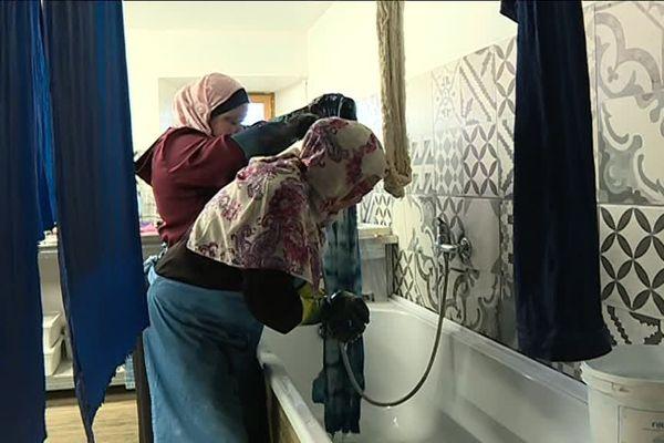 C'est à Lautrec que ces trois femmes jordaniennes apprennent la technique traditionnelle de la teinture indigo.