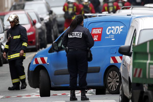 Une équipe de GRDF, qui entretient le réseau gazier parisien, sur les lieux de l'explosion au gaz, rue de Trévise à Paris.