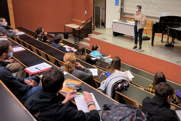Une vingtaine d'étudiants masqués suivent un cours de musicologie à Rennes 2