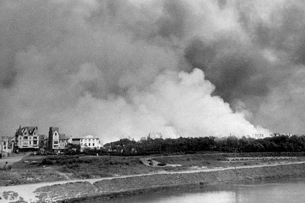 Des panaches de fumées au-dessus de Dunkerque pendant l'Opération Dynamo de mai-juin 1940.