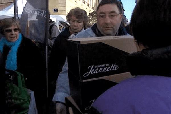 Embouteillage ce matin devant le stand Jeannette sur le marché Saint-Sauveur à Caen