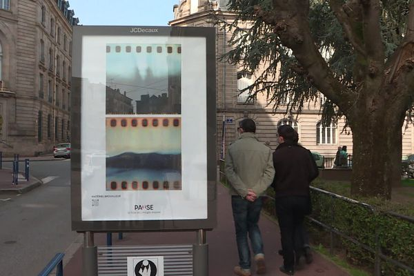 6 clichés d'artistes sont diffusés dans la ville.
