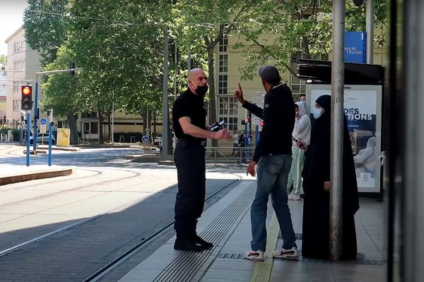 Dans cette vidéo, un comédien incarne un agent de sécurité demandant à une femme voilée, complice de la caméra cachée, de quitter les lieux. - Montpellier (Hérault) - 1er mai 2021.
