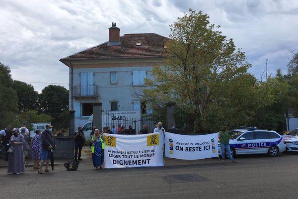 Deux mères de familles tchétchènes et leur 8 enfants âgés de 9 à 19 ans ont été expulsés par la police d'une maison squattée à Nîmes, tôt de mercredi matin. Le DAL de Nîmes réclame une solution de relogement. 28 juillet 2021.