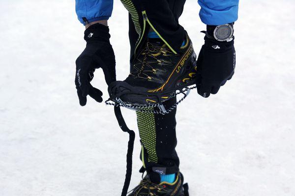 Les 1500 participants du Trail hivernal du Sancy Le Mont Dore ( Puy-de-Dôme) se sont équipés le 13 janvier pour éviter les glissades et les chutes sur leurs parcours de 20 ou 30 kilomètres.