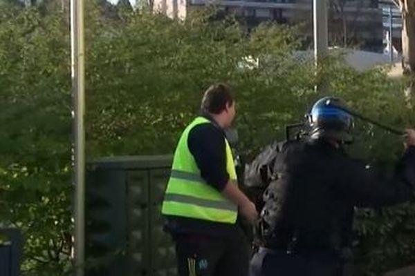 Samedi 30 mars, à Besançon un gilet jaune a été frappé à coup de matraque par un policier.