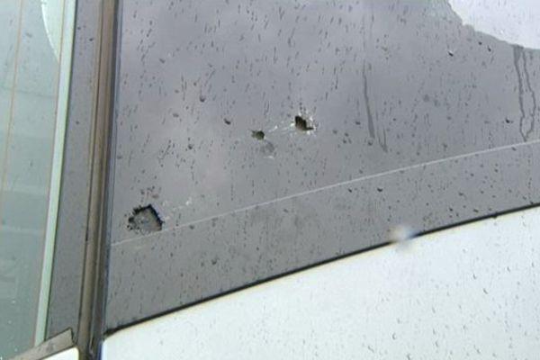 Les impacts visibles sur l'autocar qui transportait des collégiens de Genlis.