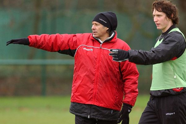 Philippe Redon en rouge à gauche et en 2004 alors entraîneur adjoint du Stade rennais à la Piverdière