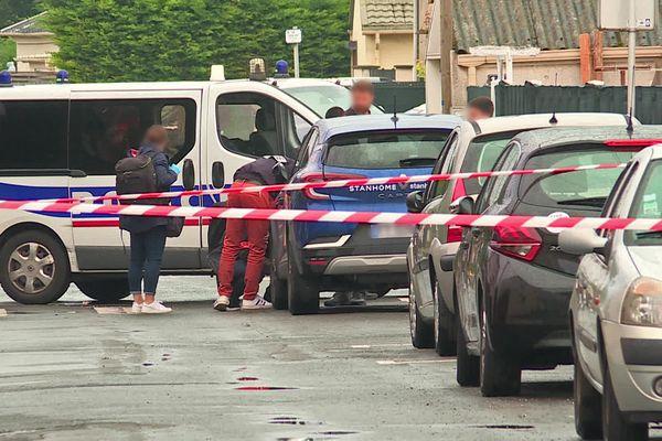 Le Havre – Policiers autour d'une voiture près à l'endroit où des coups de feu ont été tirés rue Lévy le 14 septembre 2021