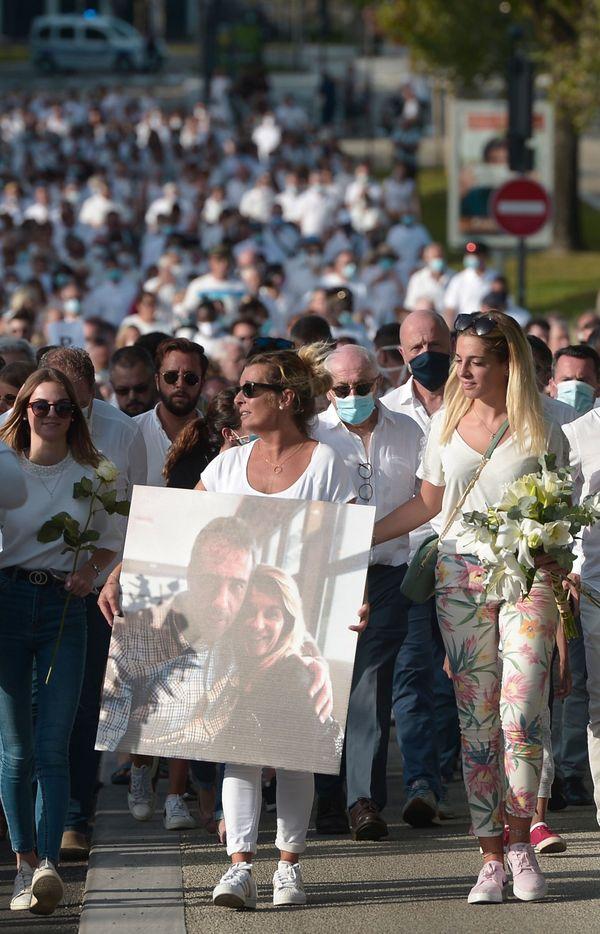 L'épouse et les trois filles du chauffeur agressé étaient en tête du cortège habillé en blanc.