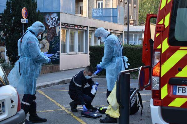 Les pompiers de l'Isère, en intervention à l'EPHAD de Saint-Bruno à Grenoble, le 13 avril 2020