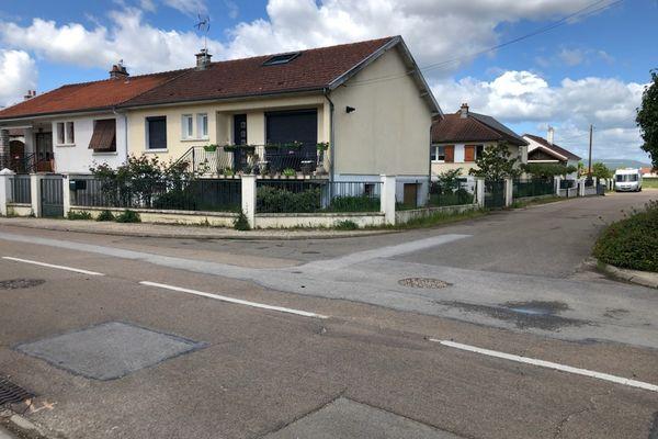 Le maire a été agresse à l'angle de la rue Guynemer situé à 200 mètres du chemin de halage qui longe le canal de Bourgogne à Ouges.